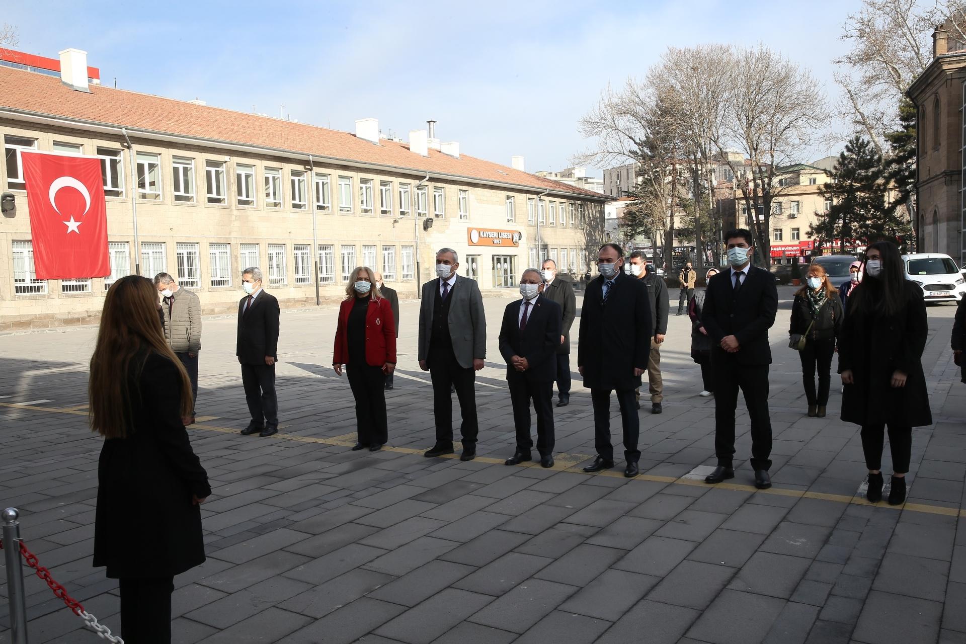 Başkan Büyükkılıç, Kayseri Lisesi'nde Bayrak Törenine Katılıp, İstiklal Marşı Okudu