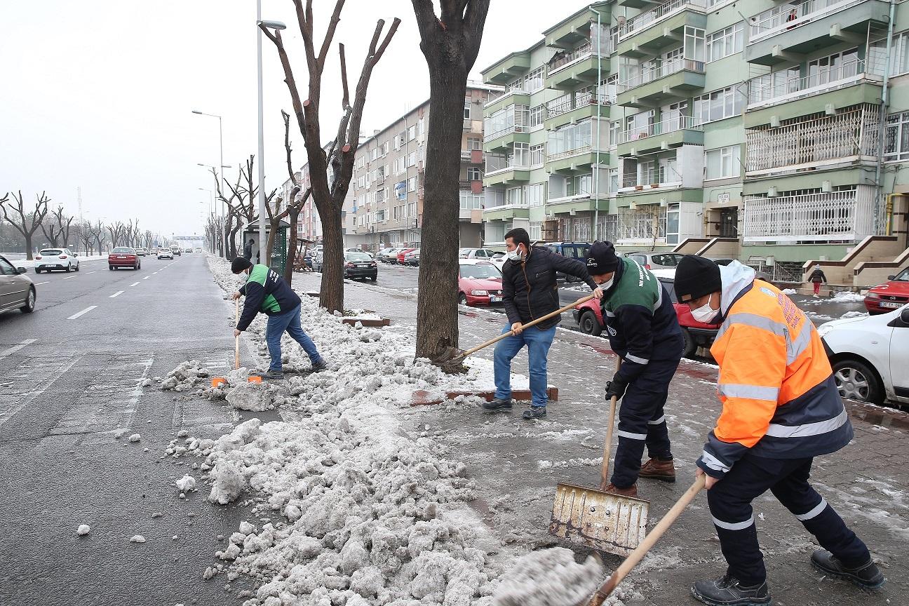Büyükşehir, 16 İlçede Gece Boyu Karla Mücadele Etti